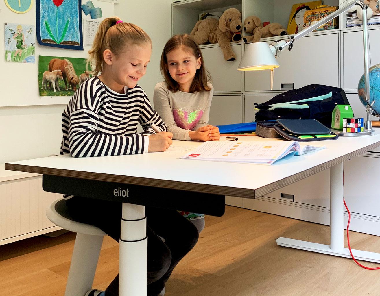 Kinder mit höhenverstellbarem Schreibtisch